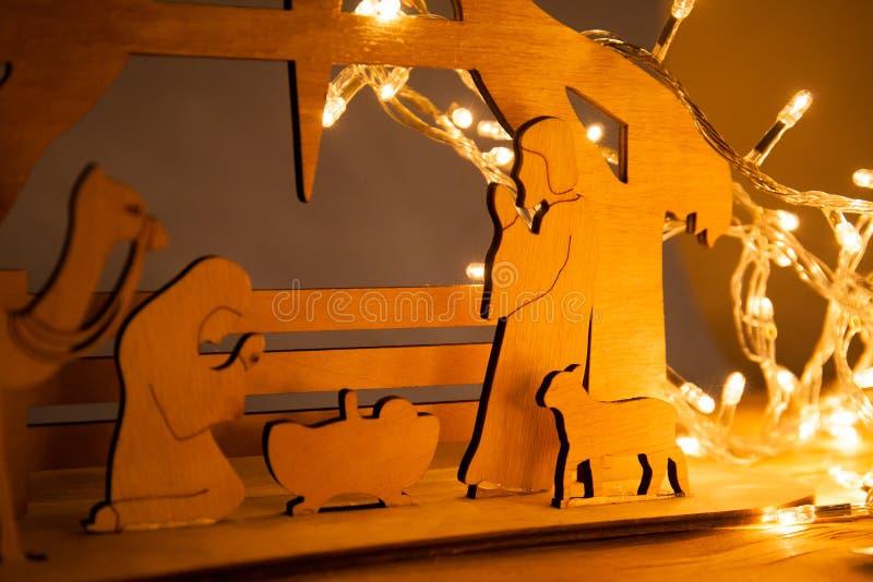 Scena di natività di Natale del bambino Gesù nella mangiatoia con Maria e Joseph in siluetta circondata dagli animali fotografie stock