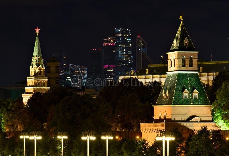 Scena di notte con il Cremlino ed i grattacieli a Mosca fotografia stock