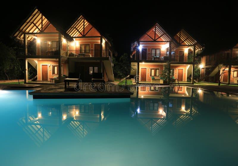 Scena di notte con la piscina e le case immagine stock libera da diritti