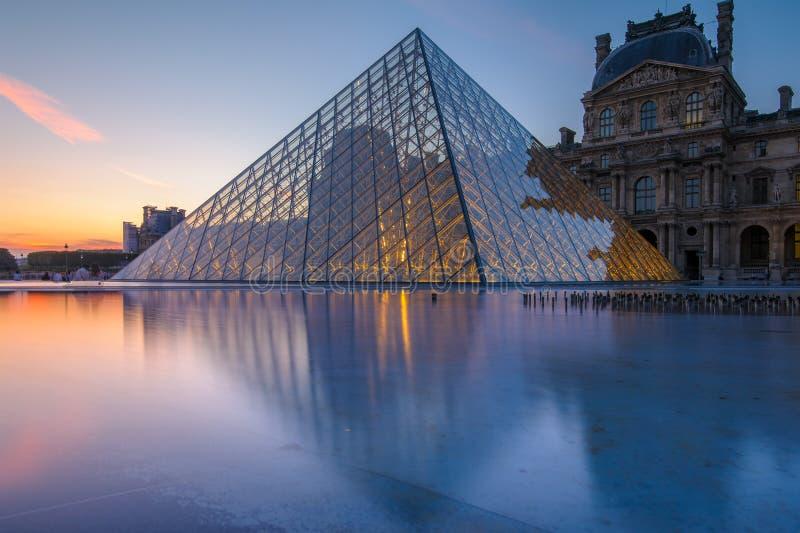 Scena di notte del museo del Louvre fotografia stock libera da diritti