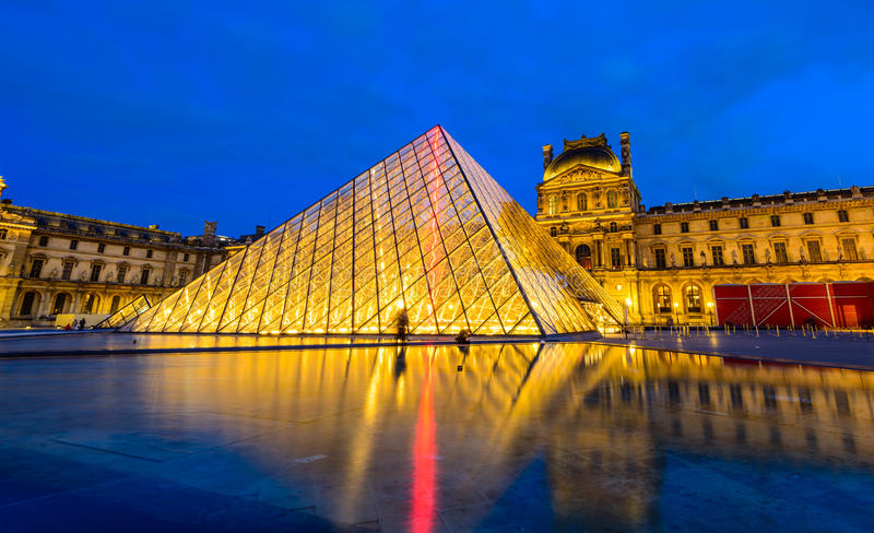 Scena di notte del museo del Louvre immagine stock