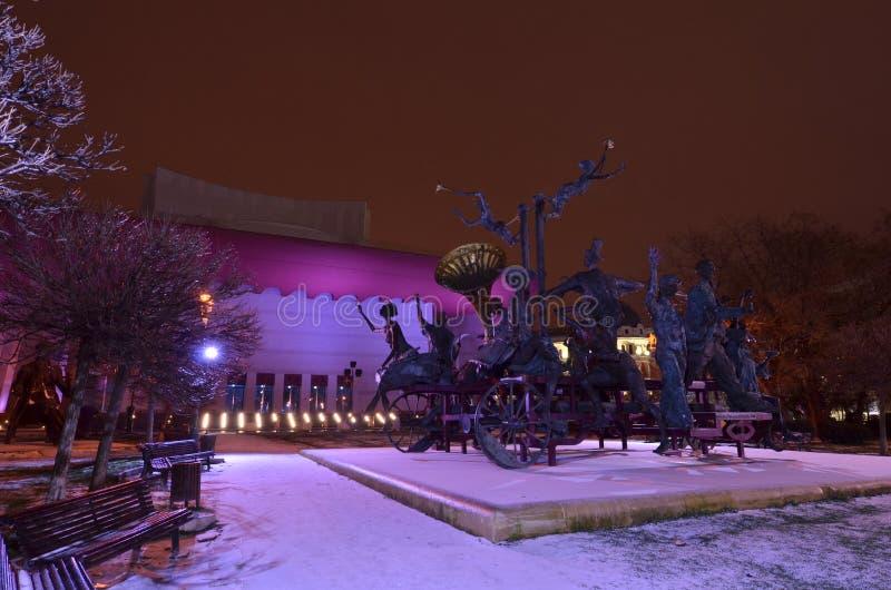 Scena di notte del teatro nazionale di Bucarest immagini stock libere da diritti