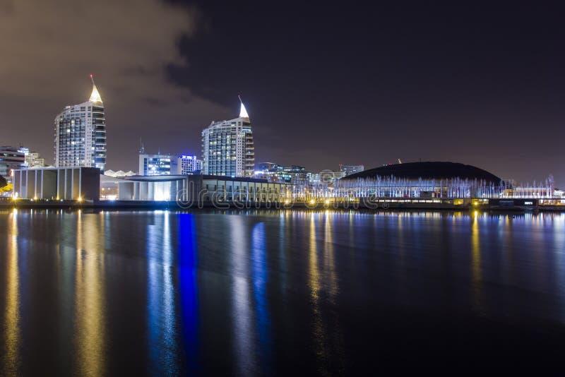 Scena di notte dell'Expo di Parque a Lisbona immagini stock