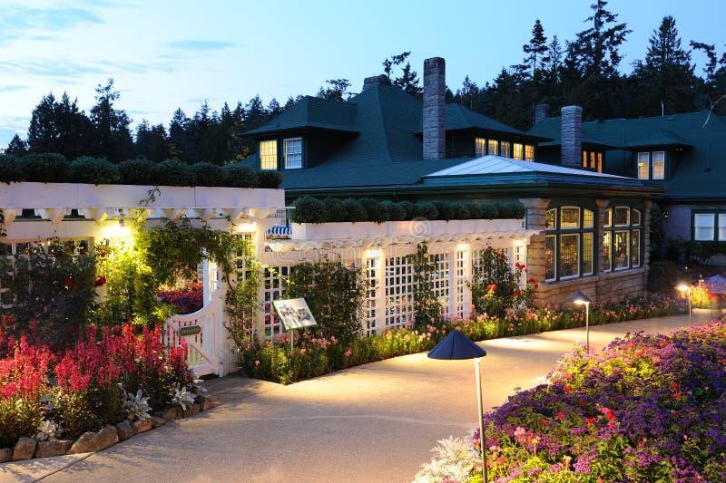 Scena di notte della casa del giardino immagini stock
