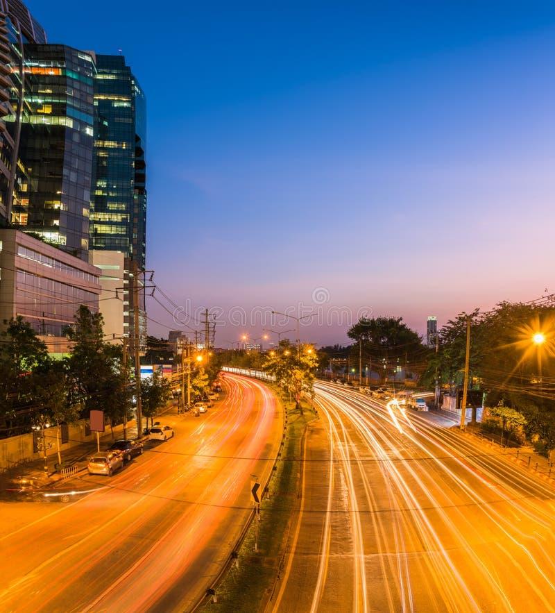 scena di notte della città moderna Traccia della luce e della costruzione su spirito della strada immagine stock