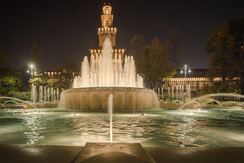 Scena di notte della fontana di Castello Sforzesco immagine stock
