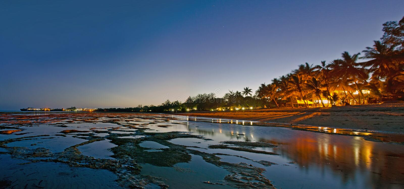 Scena di notte della spiaggia immagine stock