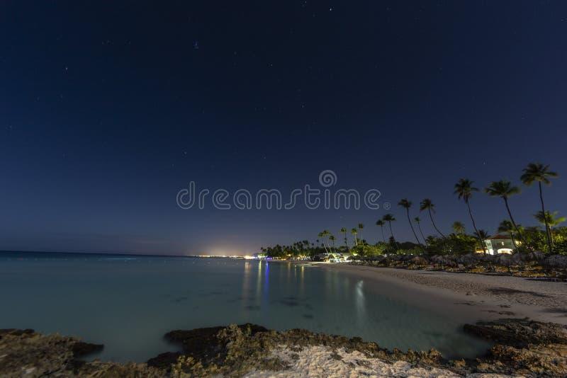 Scena di notte della spiaggia tropicale sulla Repubblica dominicana immagine stock libera da diritti