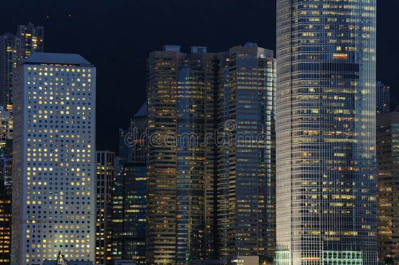 Scena di notte delle costruzioni di affari fotografia stock libera da diritti