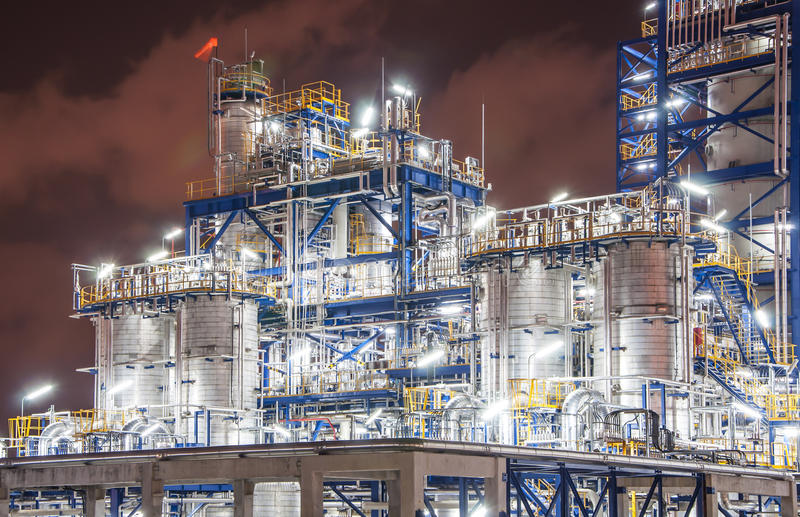 Scena di notte dello stabilimento chimico immagine stock libera da diritti