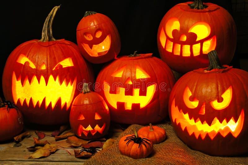Scena di notte di Halloween con un gruppo di lanterne di Jack o fotografia stock
