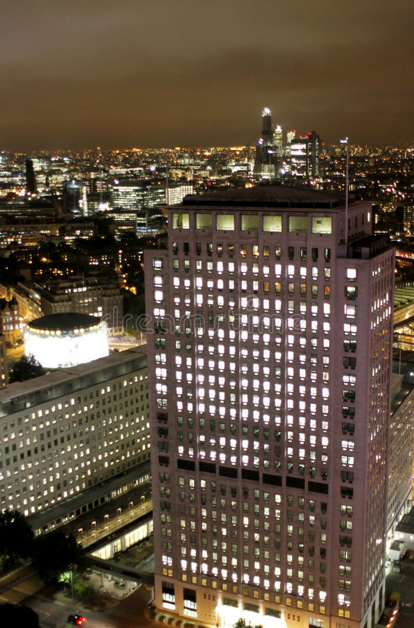 Scena di notte di Londra, edifici per uffici color giallo canarino del molo fotografia stock