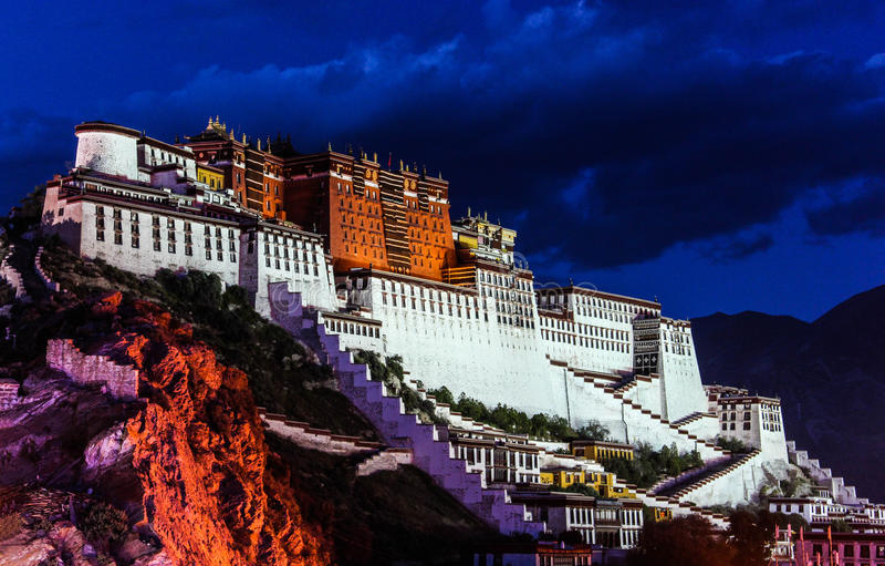 Scena di notte di Palazzo del Potala a Lhasa, regione autonoma del Tibet La precedente residenza di Dalai Lama, ora è un museo e  fotografia stock