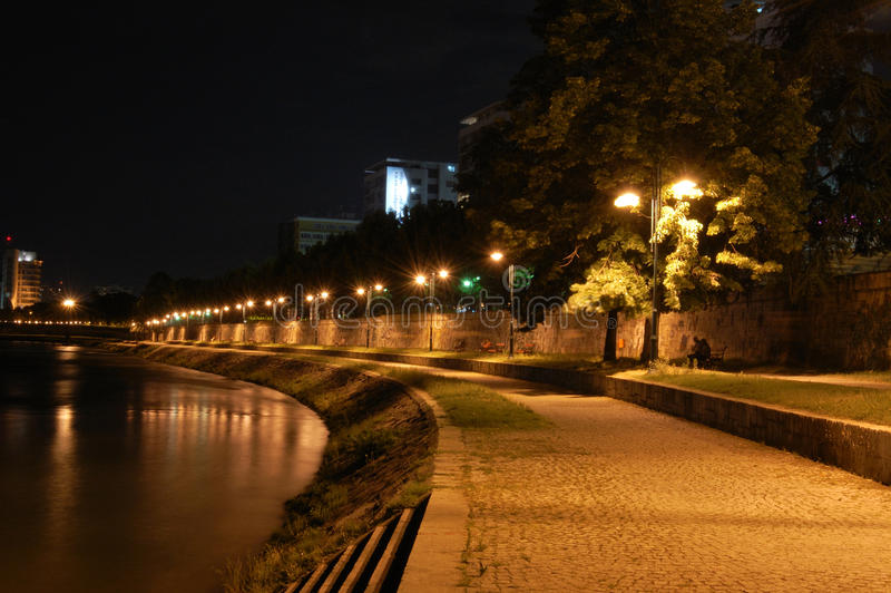 Scena di notte - fiume Vardar immagini stock