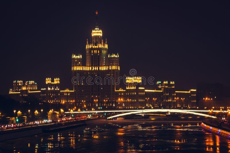 Scena di notte L'argine del fiume di Mosca Il ponticello sopra il fiume immagini stock