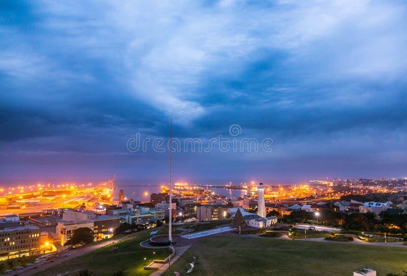 Scena di notte di porto Elizabeth Harbor e della riserva di Donkin fotografie stock