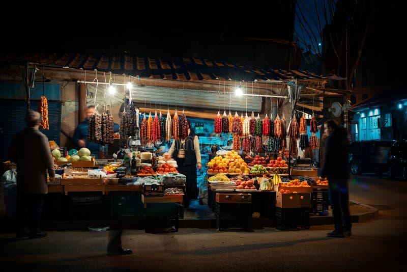 Scena di notte sulle vie di Tbilisi, Georgia Venditori ambulanti intorno all'angolo che vende i prodotti georgiani tradizionali c fotografia stock libera da diritti