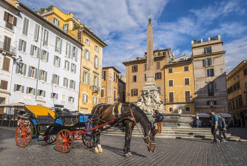 Scena di primo mattino davanti al panteon a Roma #2 fotografia stock