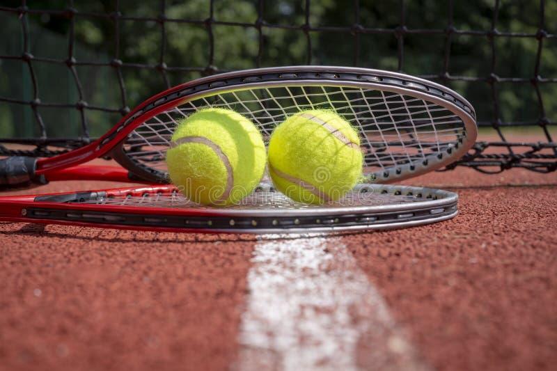 Scena di tennis con rete, le palle e la racchetta nere fotografie stock libere da diritti