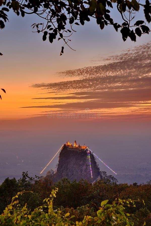 Scena di tramonto del sito della reliquia del Myanmar Birmania Popa Mountain fotografia stock