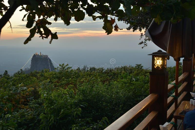 Scena di tramonto del sito della reliquia del Myanmar Birmania Popa Mountain fotografie stock