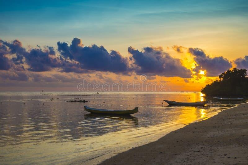 Scena di tramonto della barca del pescatore fotografia stock libera da diritti