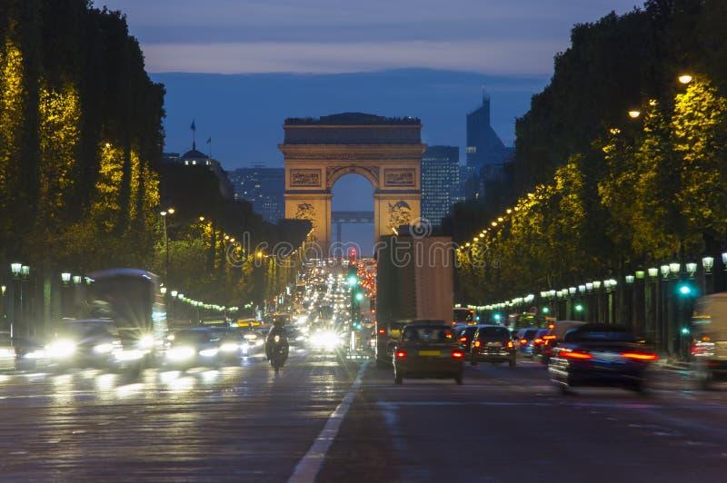 Scena di tramonto nella città di Parigi Foto lunga di esposizione di traffico della via vicino ad Arc de Triomphe immagini stock libere da diritti