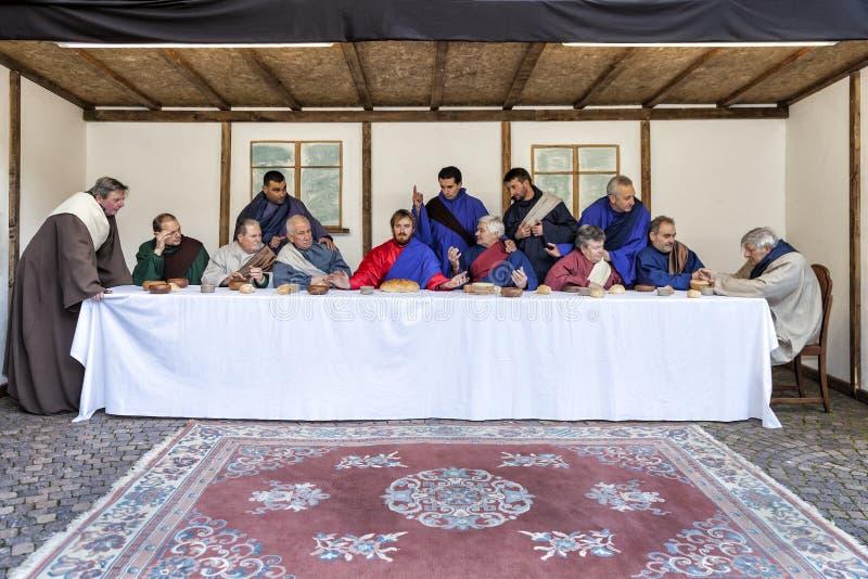 Scena di vita di Gesù Mistero della passione - attori che rimettono in vigore Jesus ed i suoi discepoli all'ultima cena fotografie stock libere da diritti