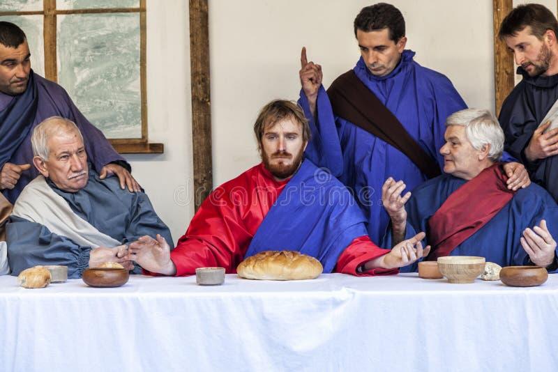 Scena di vita di Gesù Mistero della passione - attori che rimettono in vigore Jesus ed i suoi discepoli all'ultima cena immagini stock libere da diritti