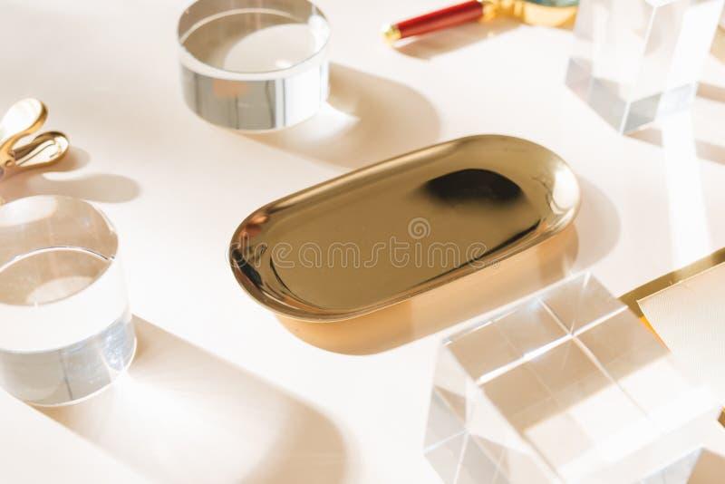 Scena flatlay di griglia di Knolling, pianificatore bianco ed accessori della cancelleria dell'oro, su un fondo bianco dello scri immagini stock