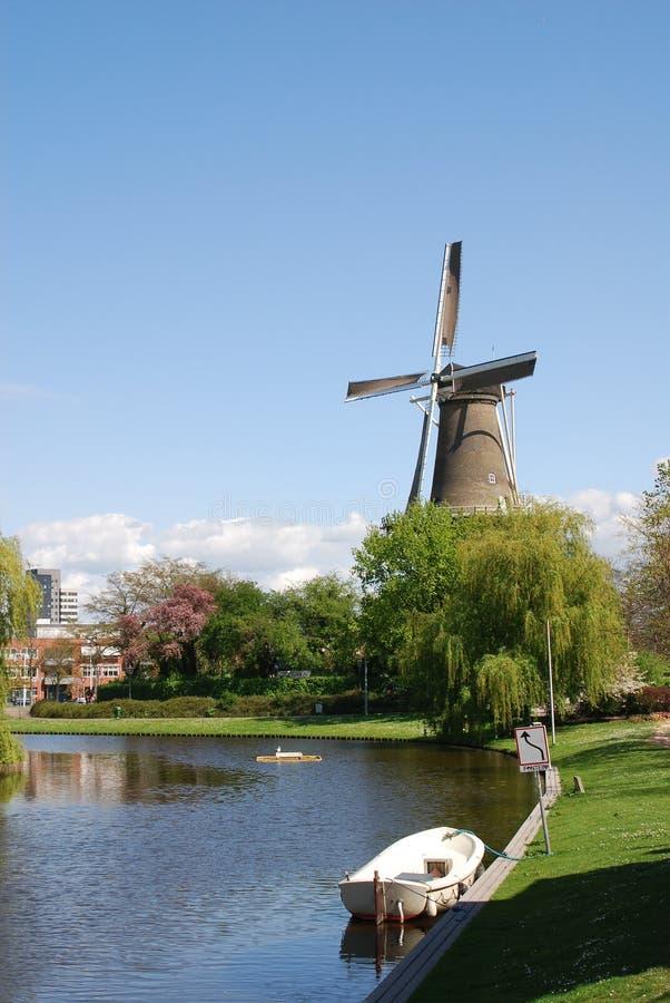 Scena idilliaca del mulino a vento a Leida Paesi Bassi fotografie stock