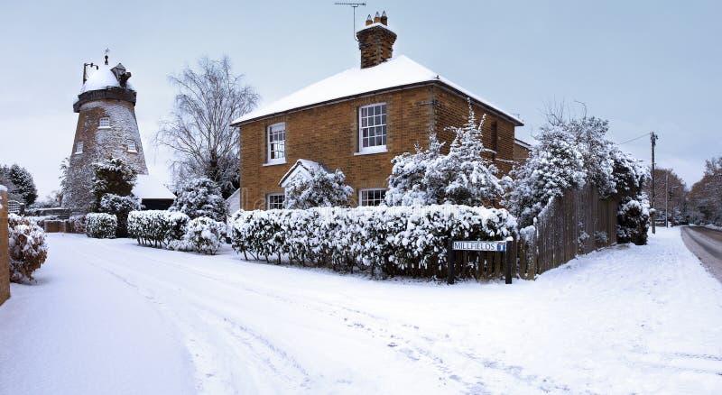 Scena inglese della neve del mulino a vento fotografia stock