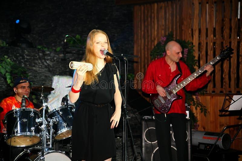 In scena, la menta verde del gruppo della schiocco-roccia dei musicisti ed il cantante Anna Malysheva Rosso Il rosso ha diretto i immagini stock