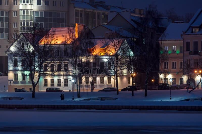 Scena miasto obszar zamieszkały z iluminacją przy nocą zdjęcie royalty free