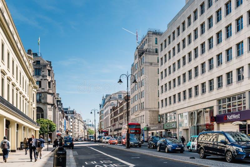 Scena occupata della via di Londra sul filo immagine stock