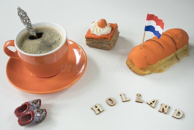 Scena olandese della tavola con caffè ed il dolce arancio, per re olandesi Day di evento, Koningsday immagini stock