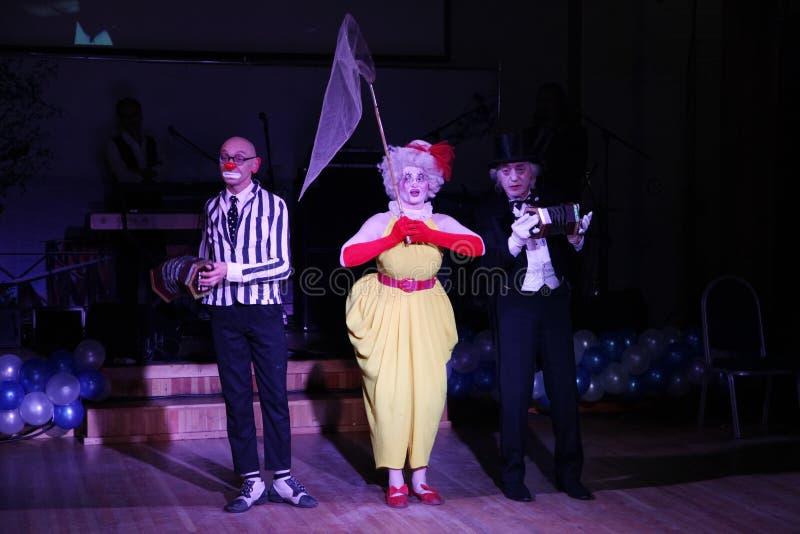 In scena, pagliacci, mimi, commedianti, attori delle troupe del mimo del teatro del mimo e buffonata, il Licedei fotografie stock