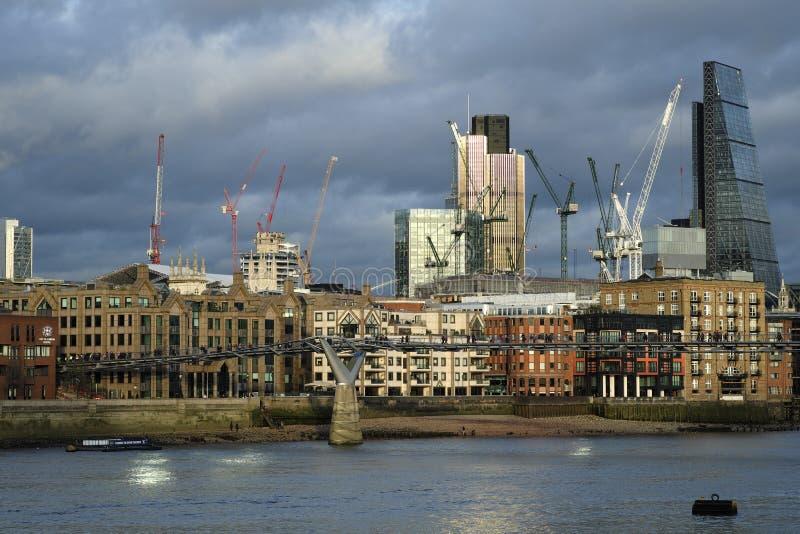 Scena panoramica con i vecchi e nuovi edifici per uffici immagine stock libera da diritti