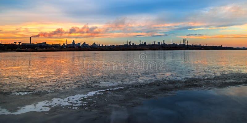 Scena panoramica con il lago e la fabbrica congelati nel fondo fotografie stock libere da diritti