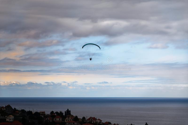 Scena Paraglider nad morzem przeciw chmurnemu niebu fotografia stock
