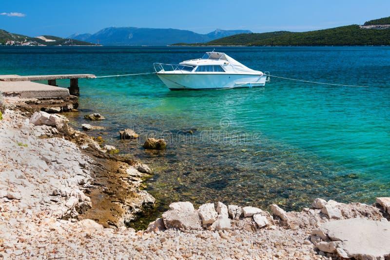 Scena pittoresca della spiaggia adriatica rocciosa fotografia stock