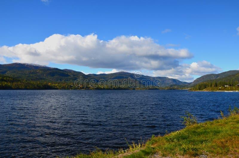 Scena przyrody Beauty Norway z jeziorem, wzgórzami i chmurą zdjęcia royalty free