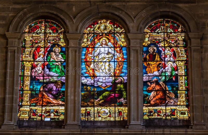 Scena religiosa dell'ascensione di Gesù sulle finestre di vetro macchiato i immagini stock libere da diritti