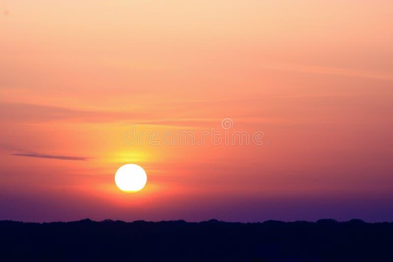Scena romantica con il sole sopra la montagna fotografia stock