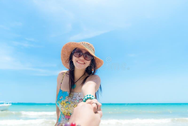 Scena romantica di giovani vacanze delle coppie di amore nella spiaggia Donna della mano della tenuta dell'uomo della mano nella  immagine stock
