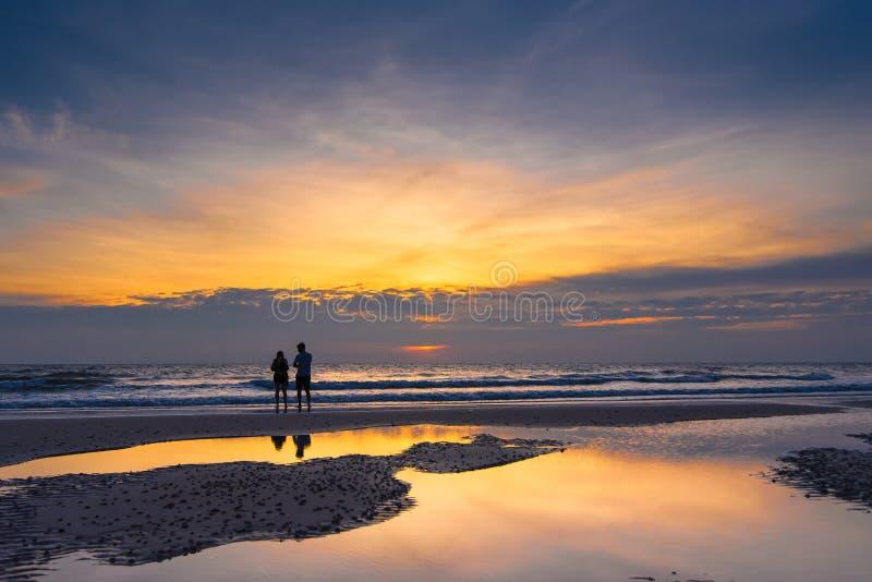 Scena romantica di una siluetta delle coppie di una coppia che gode sul Th immagine stock libera da diritti