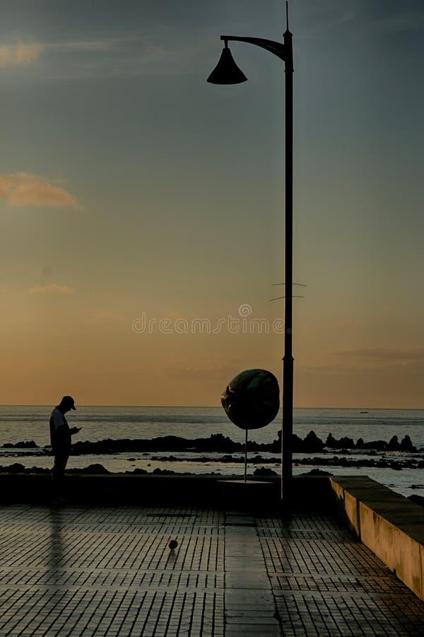 Scena serena di sera a Medano, Tenerife fotografia stock libera da diritti