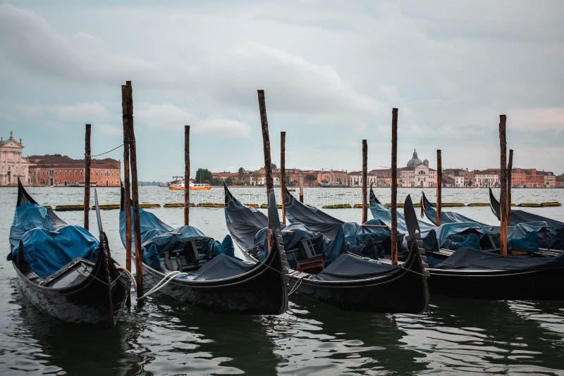 Scena tipica delle gondole parcheggiate a Venezia immagini stock libere da diritti
