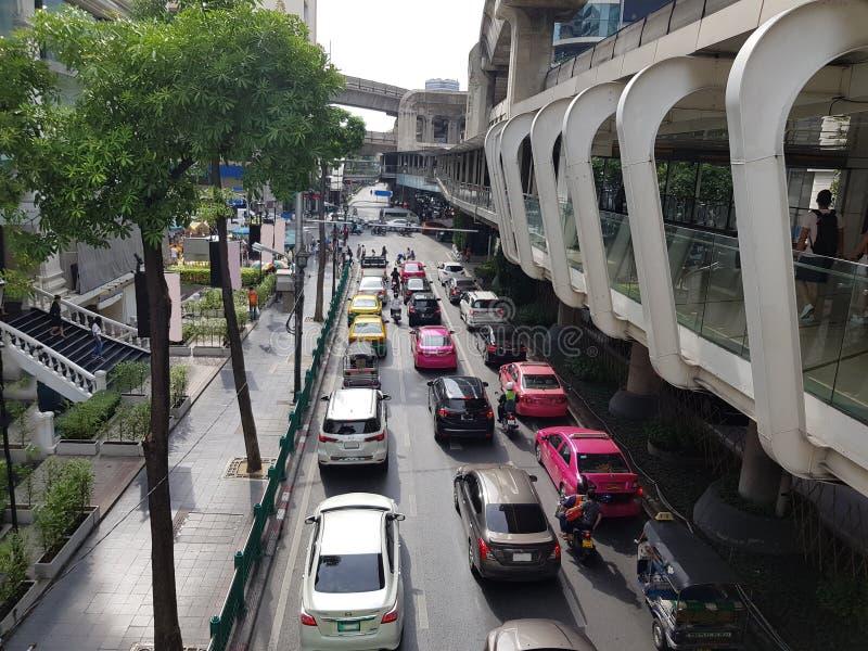 Scena tipica durante l'ora di punta Un ingorgo stradale con le righe delle automobili Profondità del campo poco profonda immagini stock