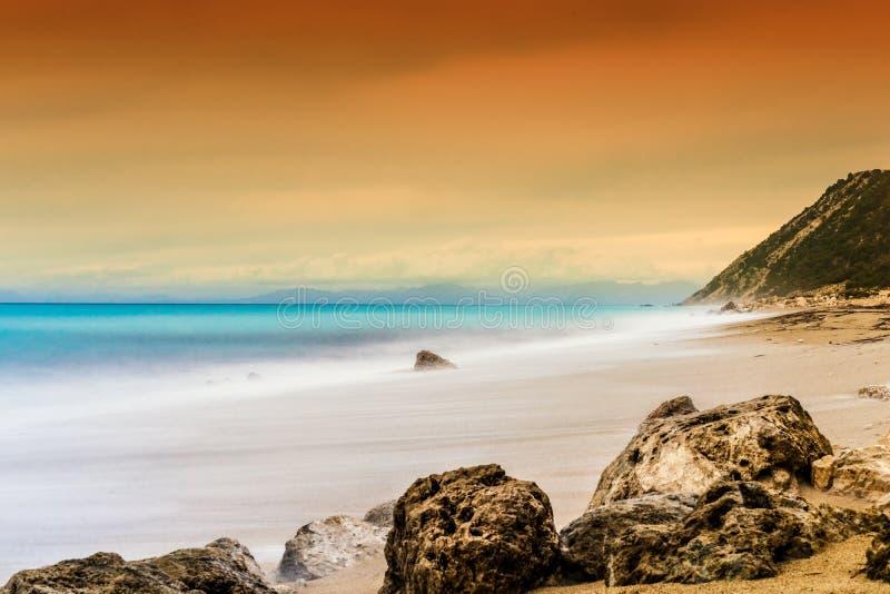 Scena tranquilla dell'oceano, colpo di lunghezza di esposizione di ora dorata immagini stock